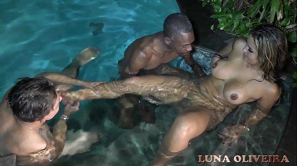 Homem de pau duro na piscina