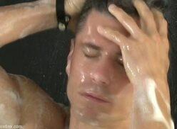 Porno tube gay se exibe no banho