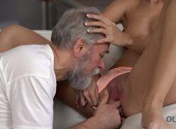 Flagra sexo incesto vovô chupando a neta safada