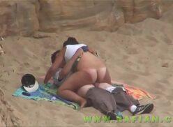 Casais flagrados fazendo sexo em plena praia brasileira