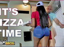 Pornorazo comendo a entregadora gostosa de Pizza