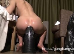 Anal bizarro mulher enfiando dildo grande no cu