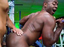 Gay dando o cu negro pro bombadão da academia