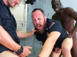 Sexo gay brutal africado metendo em dois policiais viadinhos