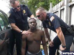 Xhamster gay sendo enrabado por policiais na favela