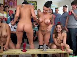 Universitárias fazendo orgia lesbica na frente dos coleguinhas